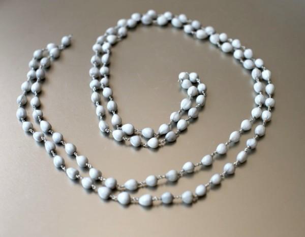 Weiße Lotos-Perlen-Mala auf Silberkette